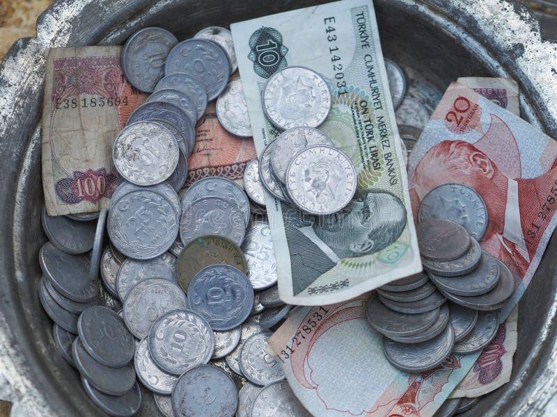 Gammal turkisk mynt och sedel i metallplattan royaltyfri bild