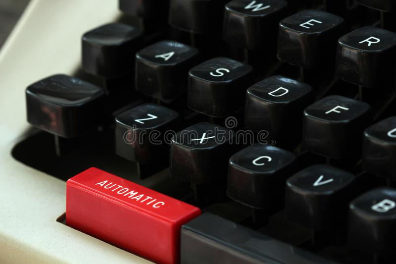 Gammal typförfattare med 'den automatiska 'knappen i röd färg arkivbild