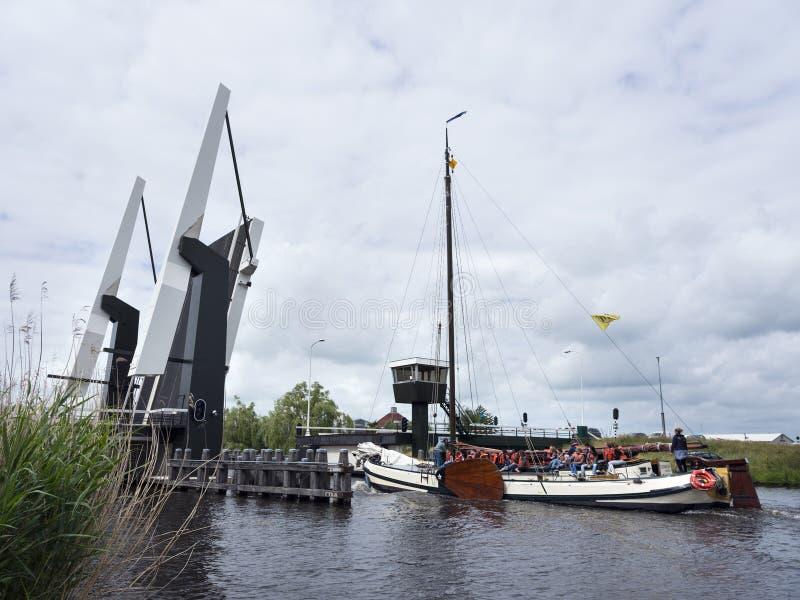 Gammal typisk träseglingskyttel på sjön nära Sneek i holländarepr royaltyfri bild