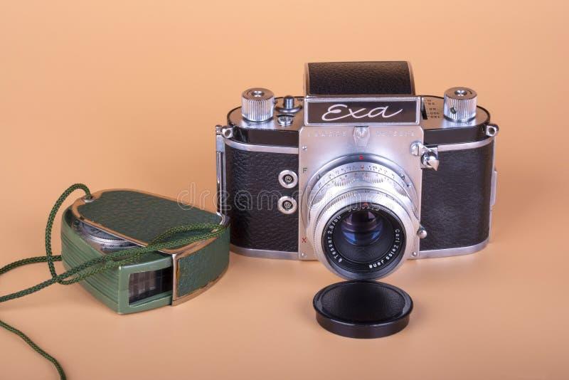Gammal tysk kamera EXA frigörare 1961 och ljus meter royaltyfria bilder