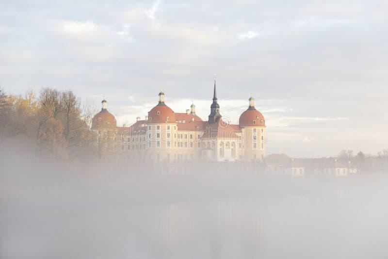 Gammal tysk slott i sjön för dimmig skog för höst den near lugna royaltyfri fotografi