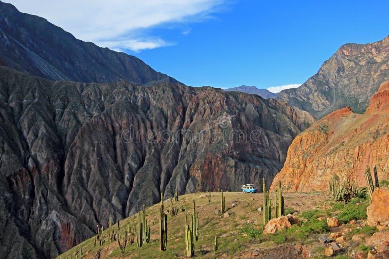 Gammal tysk tappning som är campervan på att förbise plattformen i den Cotahuasi kanjonen, Peru arkivbilder