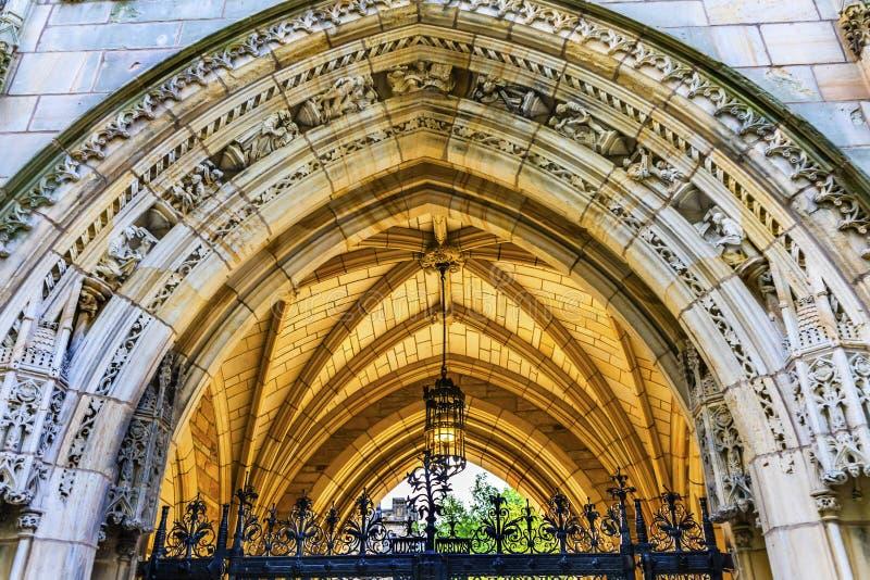 Gammal universitetsområde Yale University New Haven Connecticut för ärke- Harkness torn royaltyfria bilder
