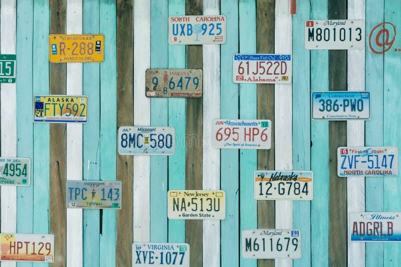 Gammal USA-bilnummerplåt på väggen arkivbilder