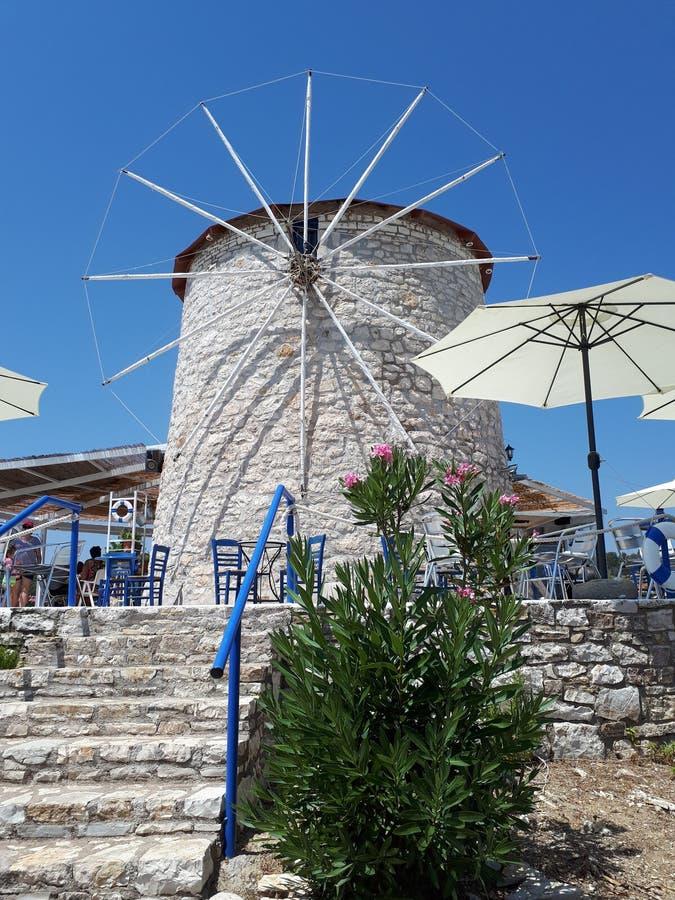 Gammal väderkvarn för grekisk ö royaltyfri bild