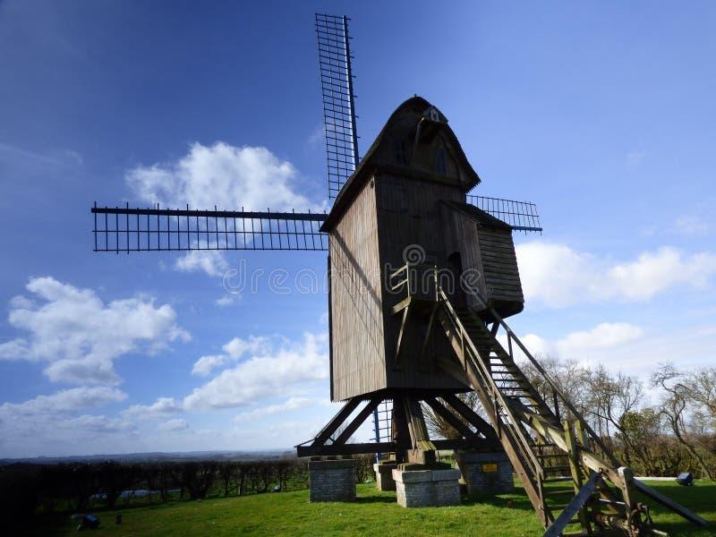 Gammal väderkvarn i pitgam, Frankrike arkivfoto