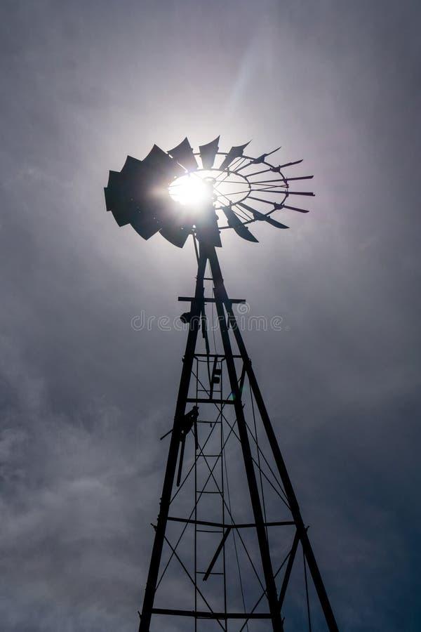 Gammal väderkvarn mot en stormig himmel arkivfoto