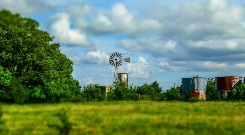 Gammal väderkvarn på en lantgård i Texas, USA arkivfoton