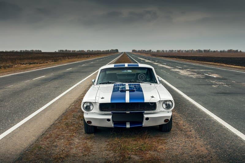 gammal väg för bil royaltyfri fotografi