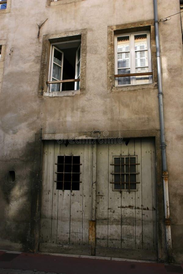 gammal vägg för dörrar royaltyfria foton