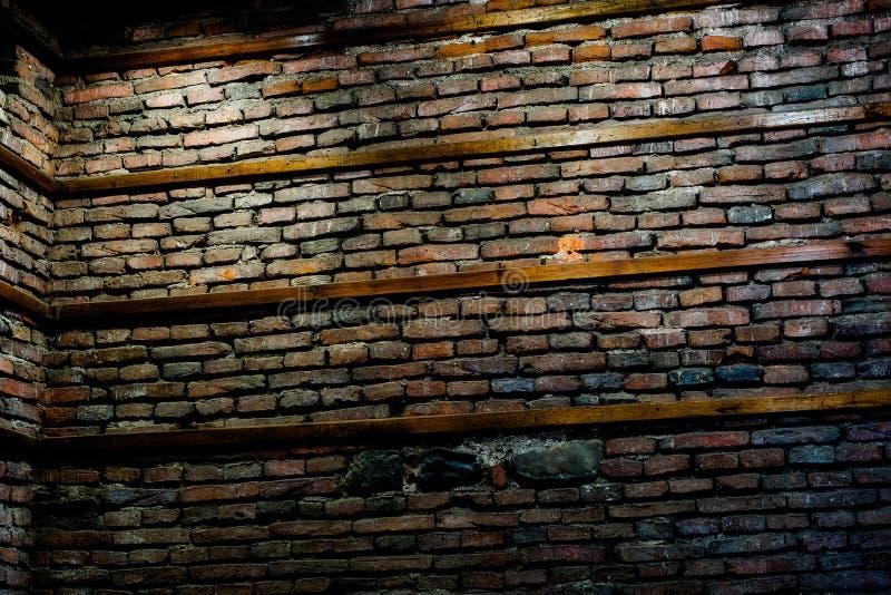 Gammal vägg för röd tegelsten med trästrålar royaltyfria bilder