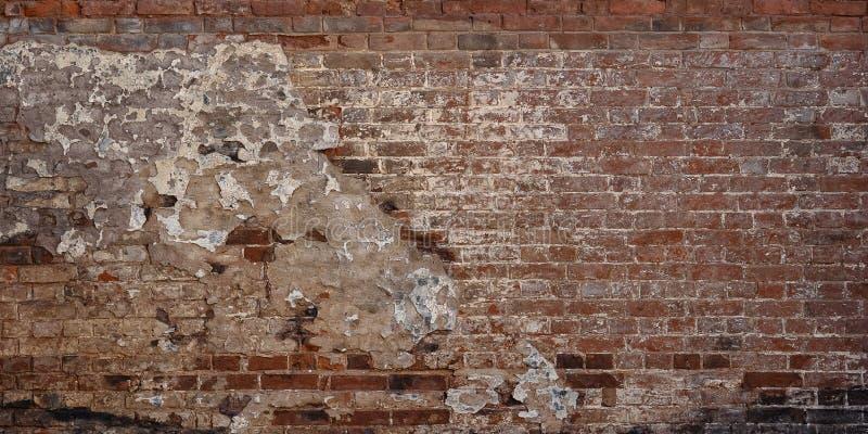 Gammal vägg för röd tegelsten för tappning med kraschad vit murbruktexturbakgrund royaltyfri foto