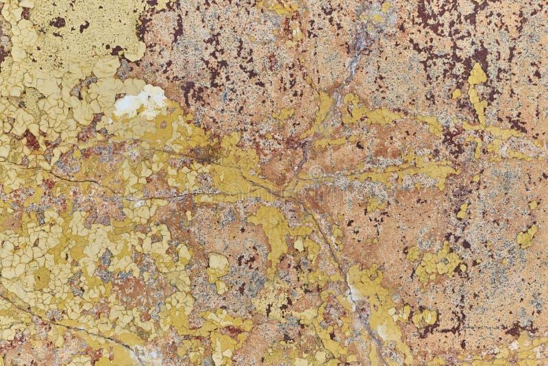 Gammal vägg med att falla av målarfärg och murbruk Några sprickor royaltyfri foto