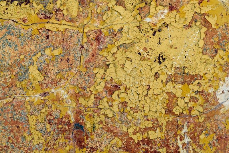 Gammal vägg med att falla av målarfärg och murbruk Några sprickor fotografering för bildbyråer