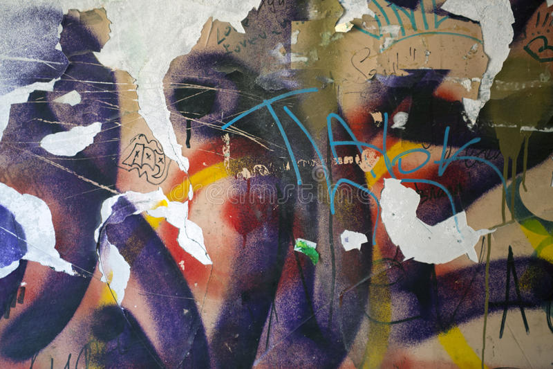 Gammal vägg med mång--färgade grafitti fotografering för bildbyråer