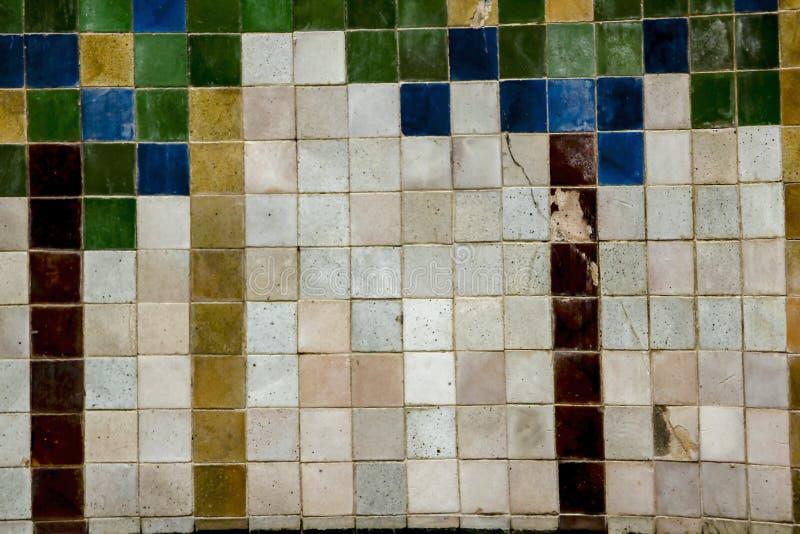 Gammal vägg med små tegelplattor arkivbild