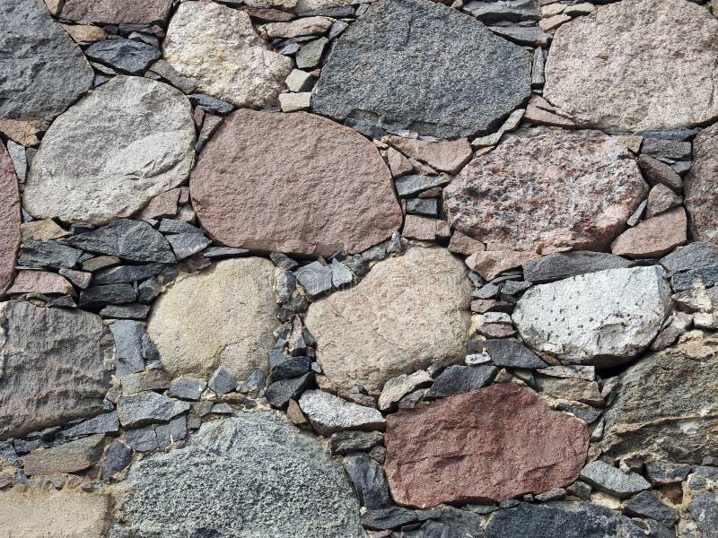 Gammal vägg med stora och små stenar, Litauen royaltyfri foto