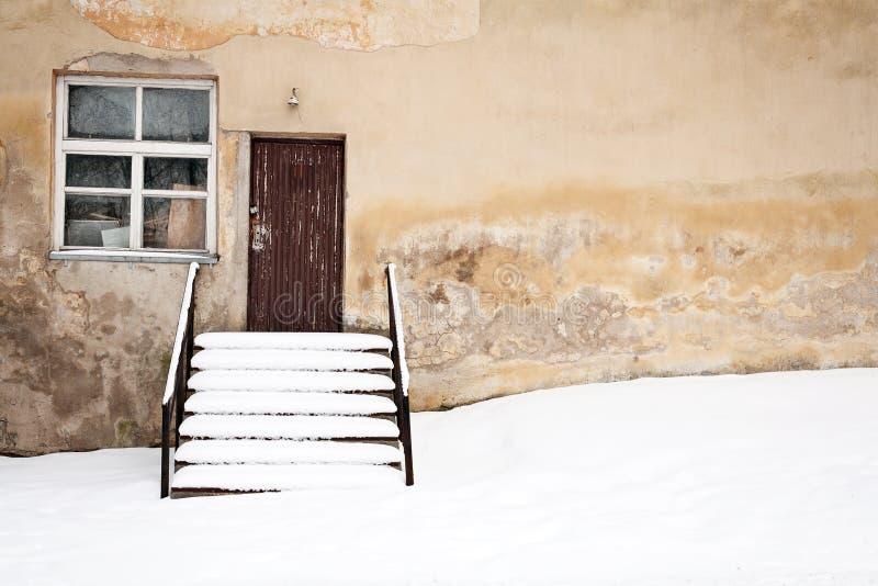 Gammal vägg och snow arkivbild