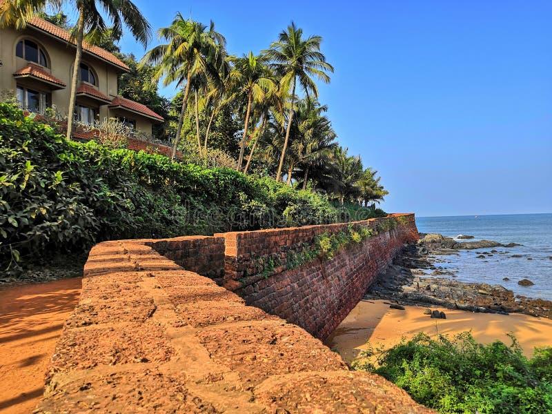 Gammal vägg på stranden arkivfoto