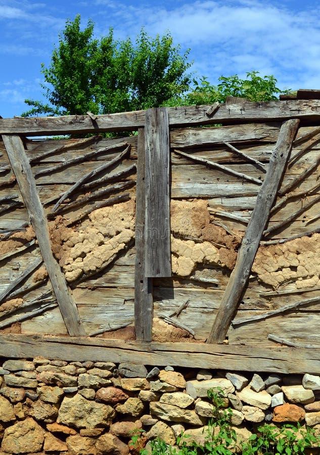Gammal vägg som byggs med material för traditionellt byggande royaltyfria foton