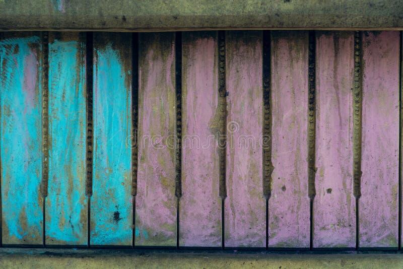 Gammal vägg som liknar ett pianotangentbord som målas med krita royaltyfria bilder