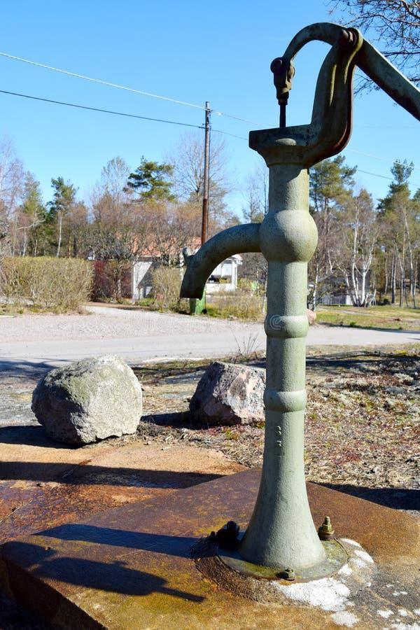 Gammal väl pump för vatten i byn arkivfoto