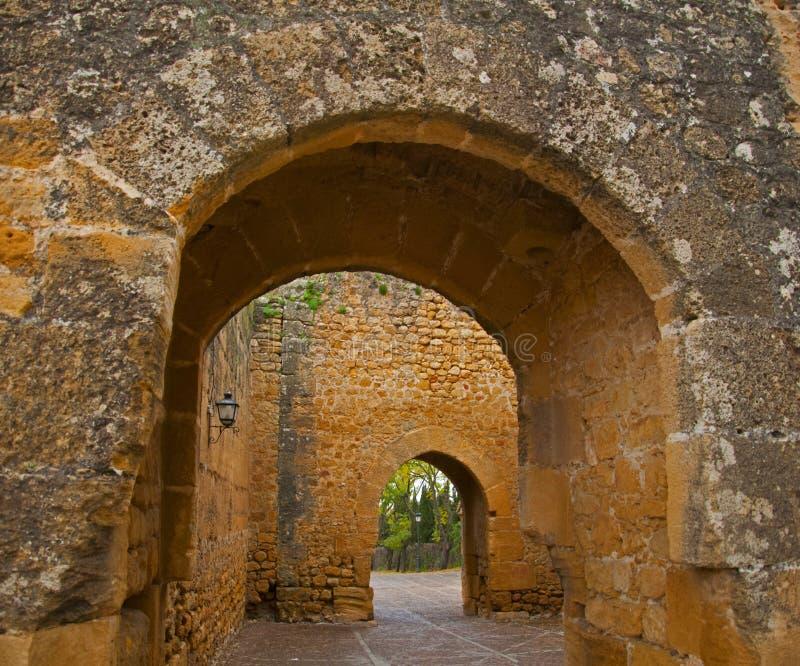 Gammal välvd passage i den forntida slotten royaltyfri fotografi