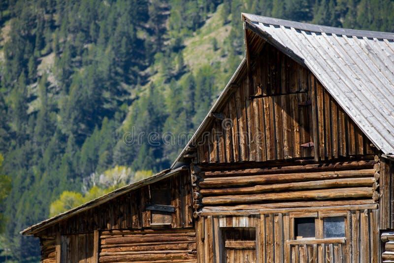 Gammal västra spökstad för storslaget för tetonsmoultonladugård landskap för berg royaltyfria bilder