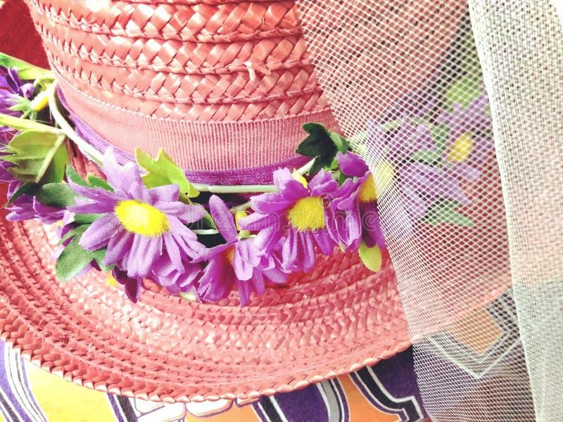 Gammal vävd hatt för nätt tappning med purpurfärgade blommor royaltyfri bild