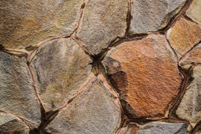 Gammal, våt trasig textur för stenvägg royaltyfri foto
