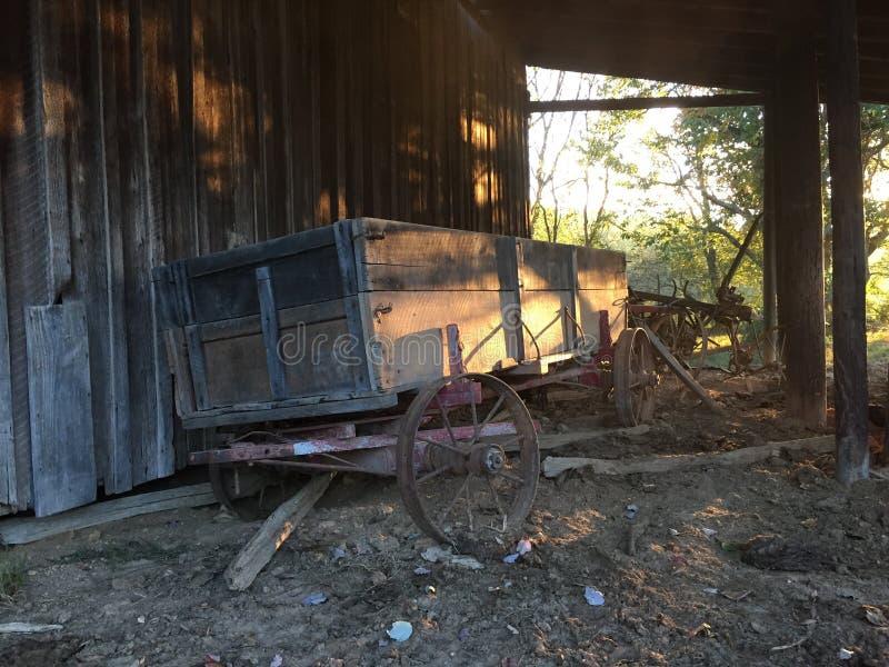gammal vagn för lantgård royaltyfri foto