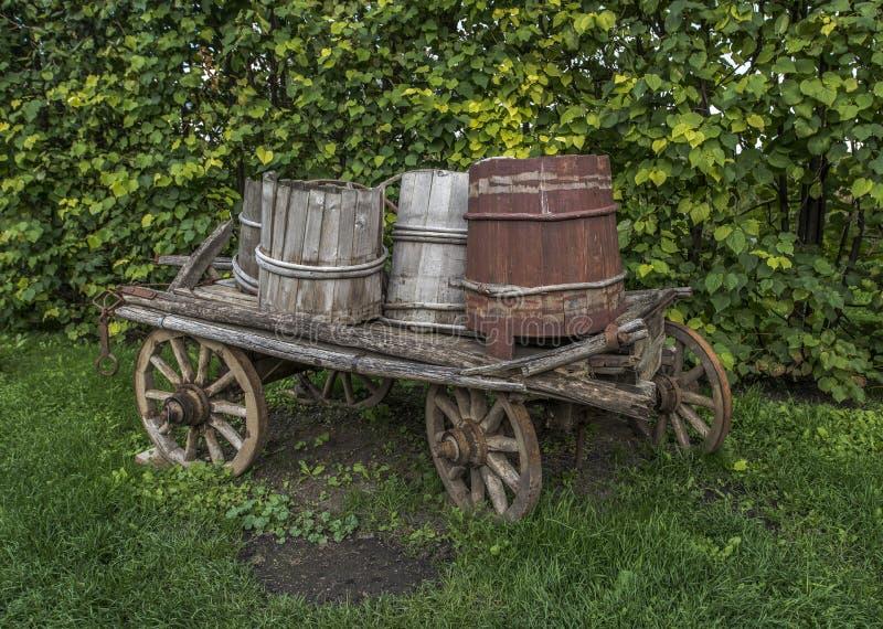 Gammal vagn med trummor royaltyfri bild