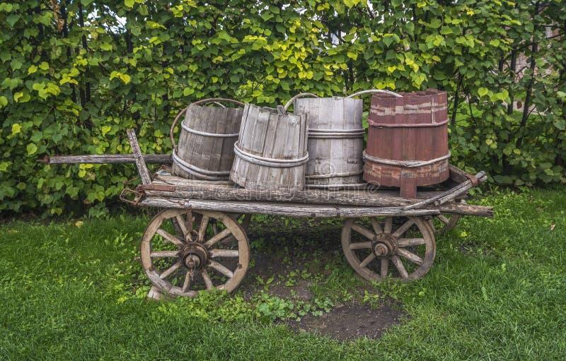 Gammal vagn med trummor royaltyfri foto