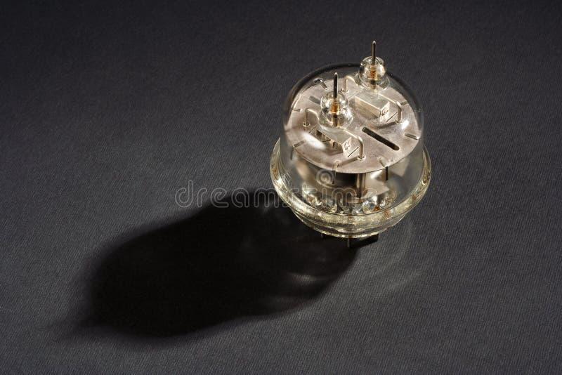 gammal vakuumrör på svart royaltyfri bild