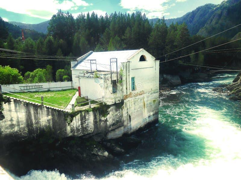 Gammal vattenkraftstation i Chemal, Gorny Altai arkivbilder
