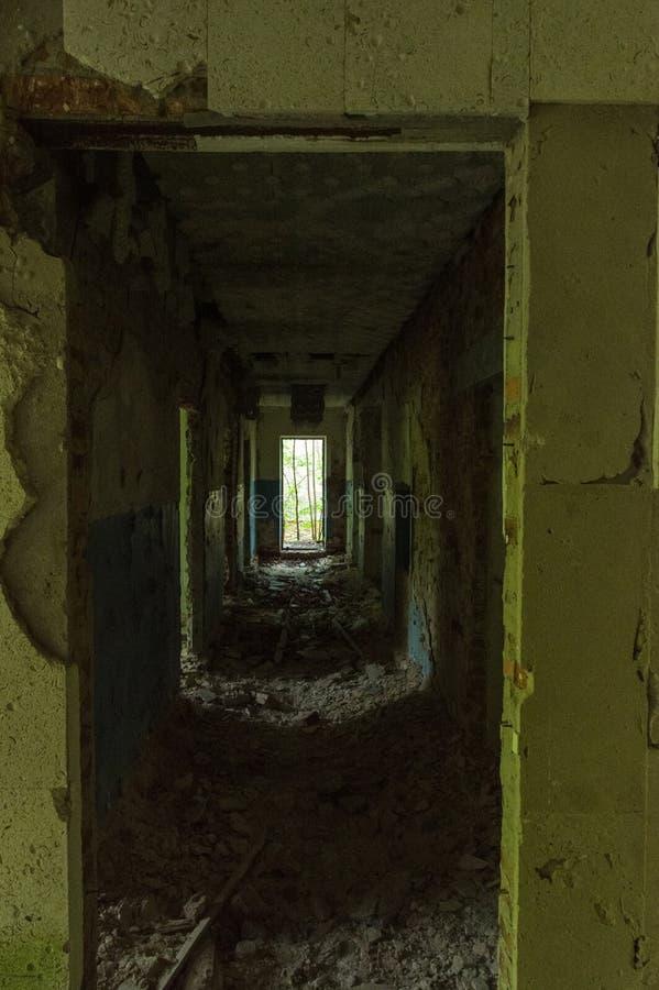 Gammal ?vergiven korridor Korridor i ett övergett hus royaltyfria bilder