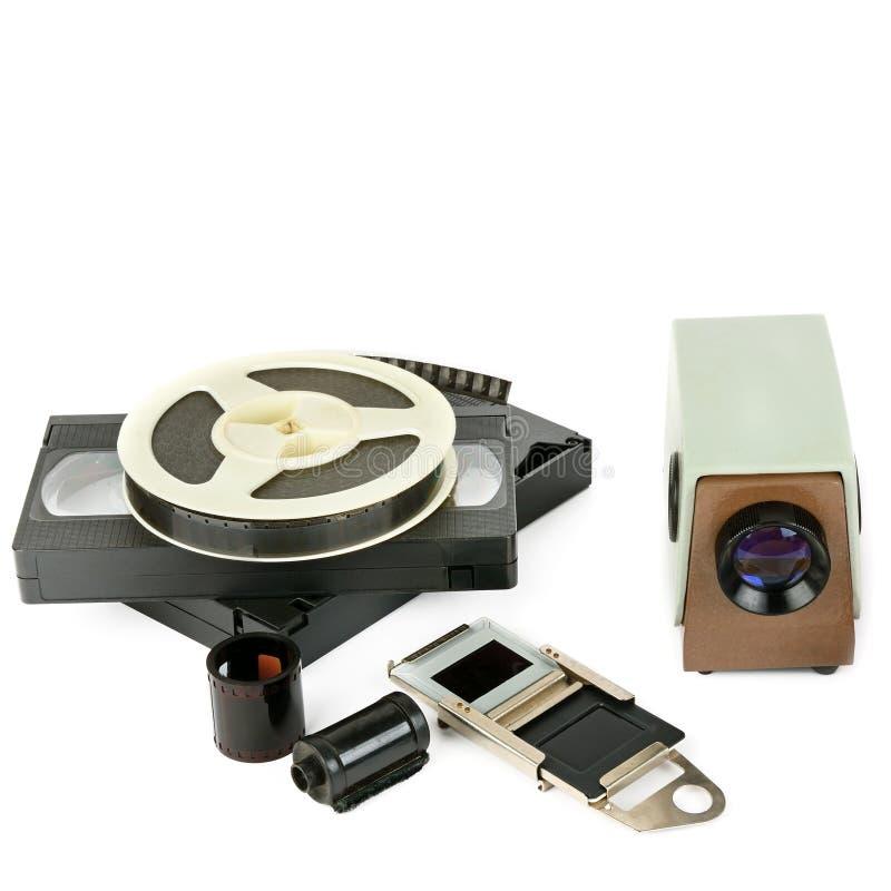 Gammal video projektor för videokassetter och med glidbanor som isoleras på w arkivbilder