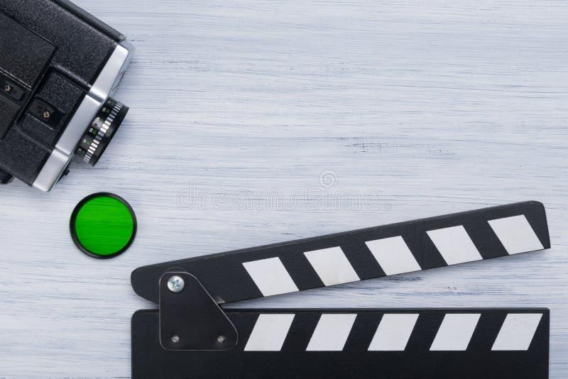 Gammal videokamera, grönt filter och att ta för skytte, på en grå bakgrund, med ett ställe för att anteckna fotografering för bildbyråer