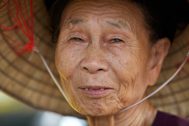 gammal vietnamesisk kvinna för closeup arkivfoton