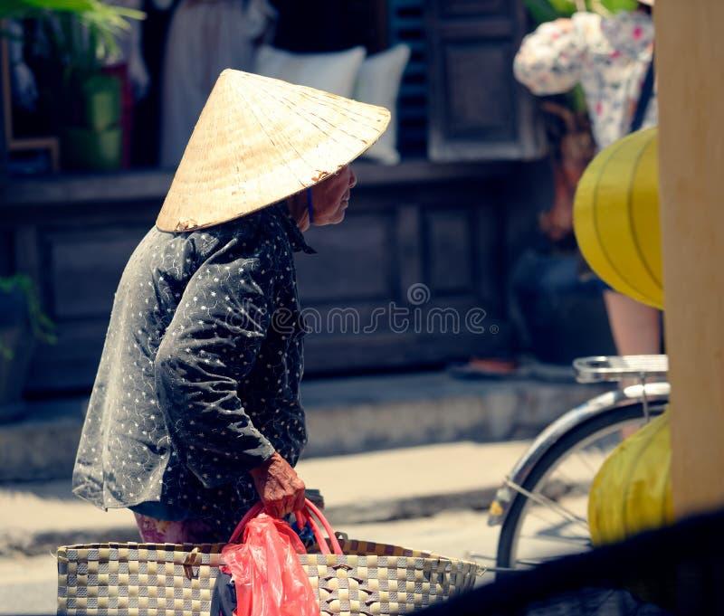 Gammal vietnamesisk kvinna i Hoi An arkivbild