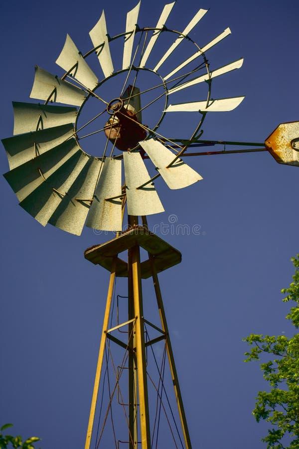 Gammal vindpump i Lapham maximumdelstatspark royaltyfri fotografi