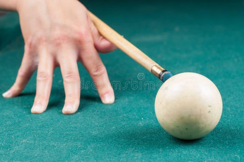 Gammal vit billiardboll och pinne på en grön tabell billiardbollar som isoleras på en grön bakgrund arkivbilder