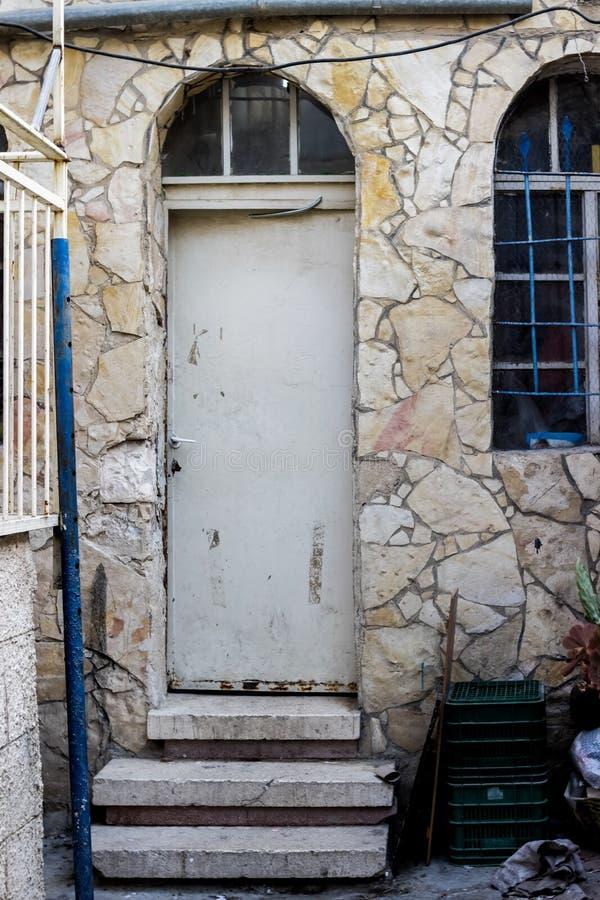 Gammal vit durty smutsig dörr med rostigt och openwork en härlig tappningbakgrund royaltyfri bild