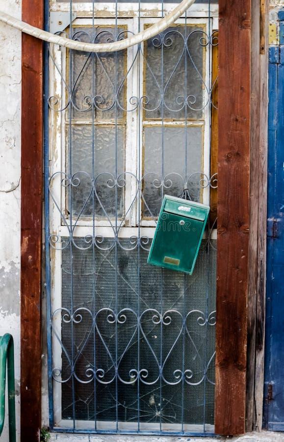 Gammal vit durty smutsig dörr med rostigt och openwork en härlig tappningbakgrund royaltyfri foto