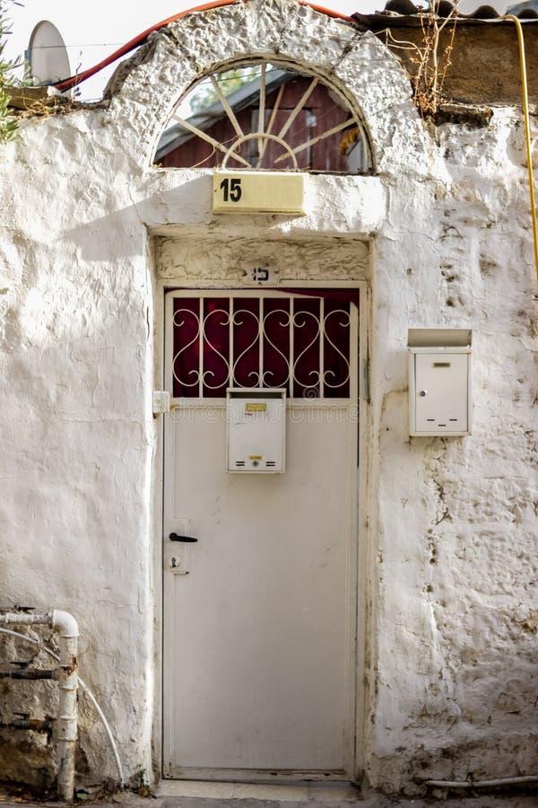 Gammal vit durty smutsig dörr med rostigt och openwork en härlig tappningbakgrund royaltyfria foton