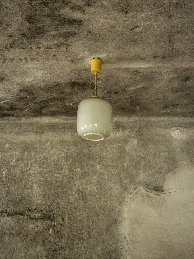 Gammal vit elektrisk lampa arkivfoton
