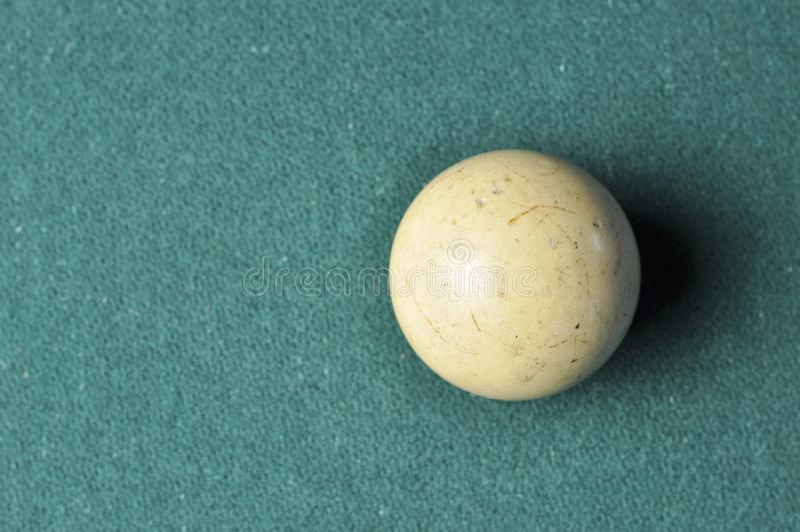 Gammal vit f?rg f?r billiardboll p? den gr?na billiardtabellen, kopieringsutrymme arkivfoton