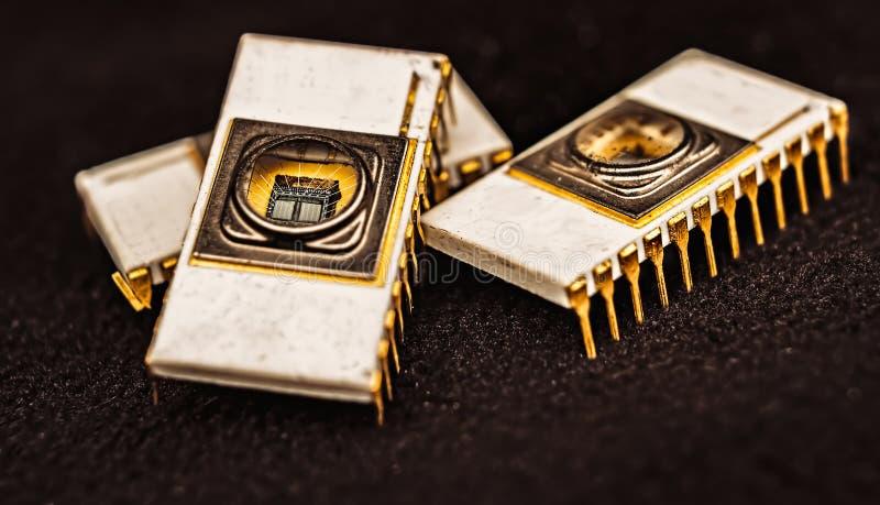 Gammal vit keramisk elektronisk chip EPROM arkivbild