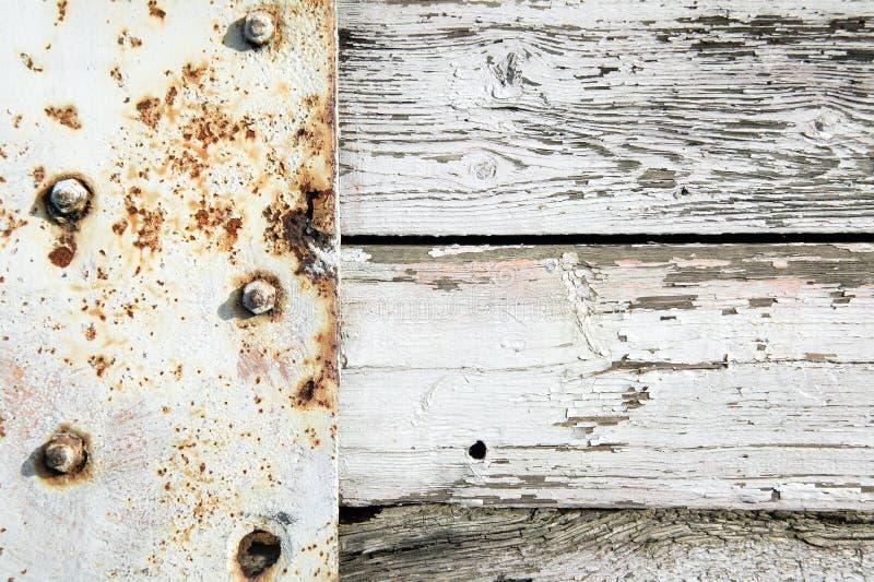 Gammal vit målad rost- och träbakgrund royaltyfri foto