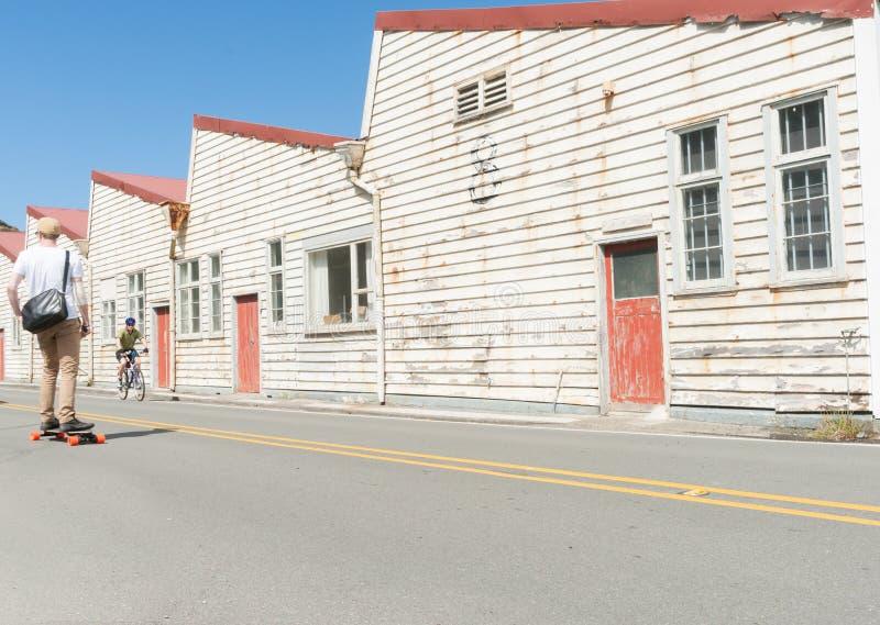 Gammal vit red ut lagerbyggnader Shelly Beach Road, Miramar royaltyfri foto